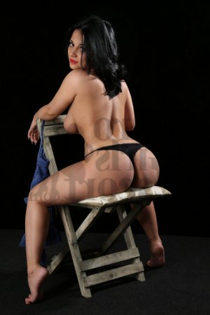 Zalia escort girl in Avenal California